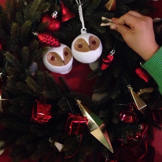 It's starting to feel a lot like Christmas! Atelier couronne de Noël... #noelikeaxdoolittle #noel #xmas #diy #wreath #christmas #doolittlemagazine #doolievents #ikea
