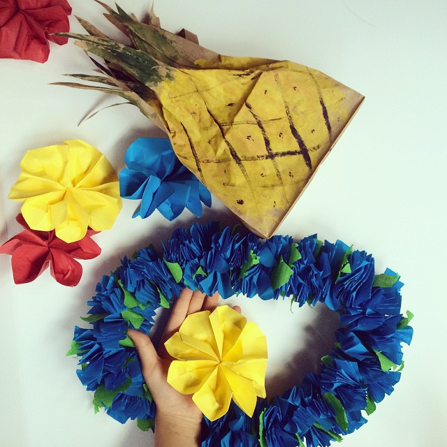 Party Time! Preparing for a party with lots of Aloha... Aujourd'hui, c'est la fête ! Flower power! #party #flowerpower #thehousethatlarsbuilt #instamoment #diy #ananas #lei #pineapple #origami #instakids #happy #aloha #partyfavors #handmade