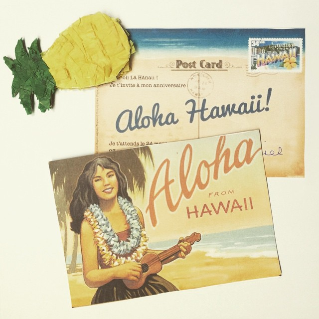 Preparing postcard invitations for a Birthday with DIY pineapple  magnets! Hau' oli Lā Hãnau ! #DIY #party #birthday #invitations #hawaii #aloha #pineapple #ananas #kids