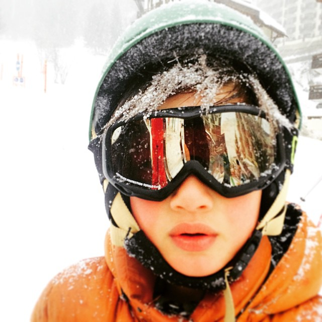 Mom... It's snowing! Maman... Il neige ! Vive les vacances ! #winter #premiereetoile #alps #skiing #vacation #vacancesdhiver #kids #enfants #instacute #3vallees