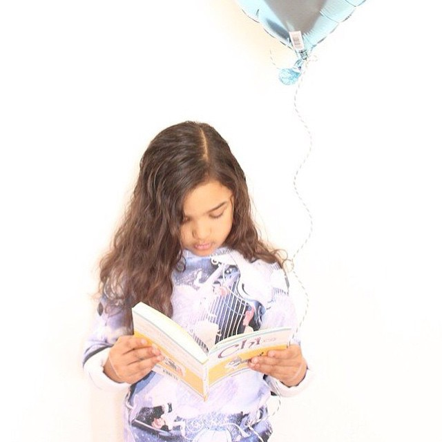 Miss A is waiting for the weekend and her birthday while reading Chi and wearing Little Eleven Paris x Cinderella! #cendrillon #cinderella #littleelevenparis #chithecat #kidstyle #kidsfashion #instakids #disney #disneyprincess