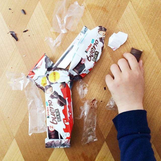 Merci pour le chocolat ! Les enfants et les mamans dévorent le #KinderBuenoDark édition limitée ! Attention... c'est trop bon !! ??❤️ Alors... qui veut le goûter avec nous !? ? #gouter #chocolatelover #chocolate #instafood #food #kinderbueno #yummy #dessert #vacances