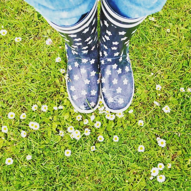 Look at all the pretty flowers! ???? Les jolies petites fleurs... #bouquet #flowerpower #flowers #aigle #lemarchanddetoiles #printemps #kidsfashion #instamoment